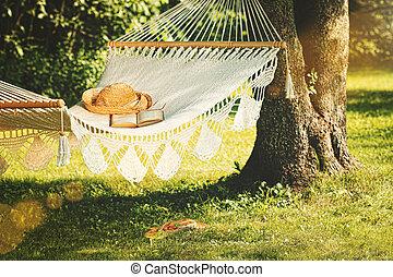 synhåll, av, hängmatta, och, bok, på, a, sommar dag