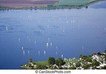 synhåll, av, nove, mlyny, -, musov, insjö, med, fartyg, segling båt, och, surfing, i regna, in, palava, -, syd, moravia