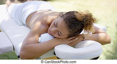 synhåll, på, massage tabell, med, kvinna, lagd