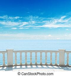 synhåll, till, hav, från, terrassera, med, balkong, under, mulen himmel