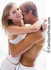 sypialnia, uśmiechanie się, obejmowanie, para