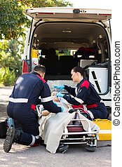 syrgasmask, tålmodig, sätta, person med paramedicinsk utbildning