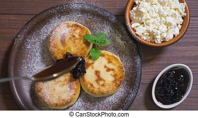 syrniki, confiture, crêpes, cerise, fromage blanc