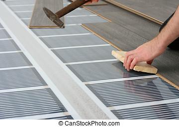 systeem, vloer, laminaat, op, installeren, infrarood, heizung, koolstof, man