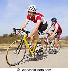 száguldó, kerékpárosok