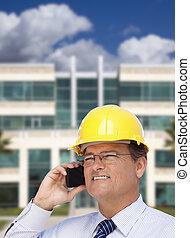 szállító, alatt, hardhat, beszél, telefon, előtt, épület