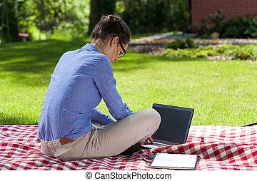 számítógép, hölgy, kert, dolgozó