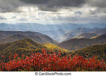színpadi, ősz, blue hegygerinc parkway, ősz foliage, alkonyati, csillogó rays, utazás, és, szünidő célállomás