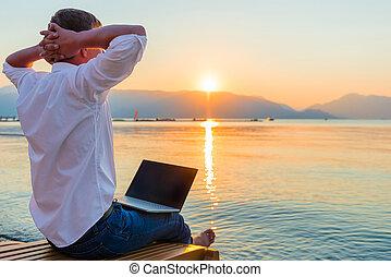szórakozási, entrepreneur., bábu laptop, alatt, a, reggel,...