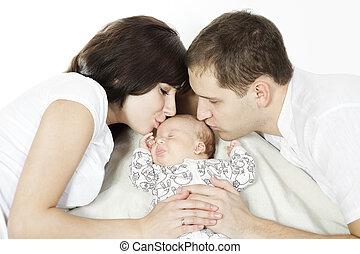 szülők, csókolózás, újszülött, babyd., család szeret