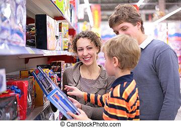 szülők, noha, fiú, alatt, toy`s, bolt