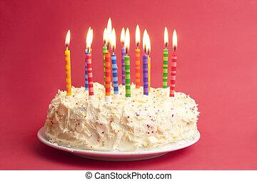 születésnapi torta, képben látható, piros háttér