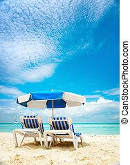 szünidő, és, idegenforgalom, concept., sunbeds, a parton