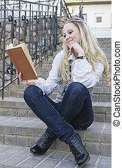 szőke, ülés, egyenes, reading., könyv, női, szabadban, mosolygós, lépcsősor, kaukázusi
