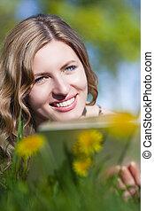 szőke, grass., könyv, női, szabadban, mosolygós, felolvasás, kaukázusi, boldog