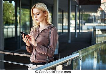 szőke, hölgy, használ, neki, smartphone