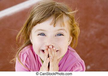 szőke, vidám mosolyog, kicsi lány, izgatott, nevet