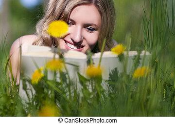 szabadban, könyv, closeup, női, lawn., portré, felolvasás, kaukázusi, boldog
