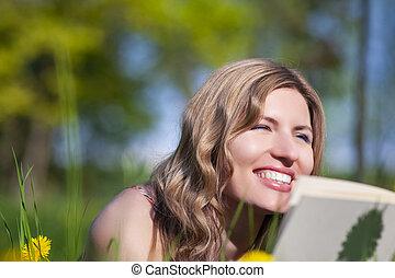 szabadban, könyv, női, ábrándozás, portré, lawn., felolvasás, kaukázusi, fekvő