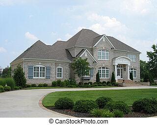 szary, ceglany dom