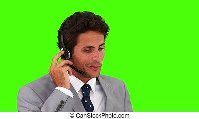 szary, słuchawki, na, garnitur, biznesmen, rozmawianie