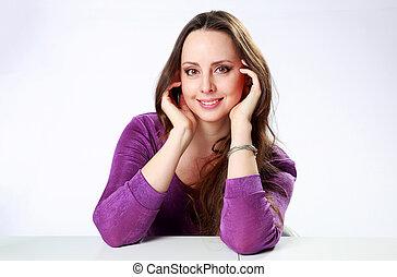 szczęśliwa kobieta, posiedzenie na stole, na, szare tło