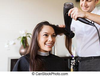 szczęśliwa kobieta, z, stylista, zrobienie, hairdo, na,...