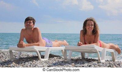szczęśliwa para, cyganiąc na plaży, łóżka, w, kamyk, chmury, i, morze, w, tło