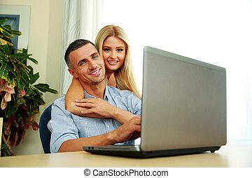 szczęśliwa para, używający laptop, w kraju