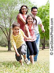 szczęśliwa rodzina, mająca zabawa, w parku