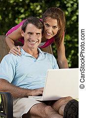 szczęśliwy, średni niemłody, człowiek i kobieta, para, używający laptop, komputer
