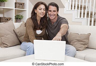szczęśliwy, średni niemłody, człowiek, &, kobieta, para, używający laptop, komputer