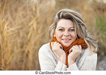 szczęśliwy, średni niemłody, kobieta, z, pulower, i, szalik