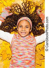 szczęśliwy, afrykanin, dziewczyna, w, klon, żółty, autumn odchodzi