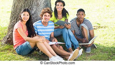 szczęśliwy, badając, studenci, kolegium