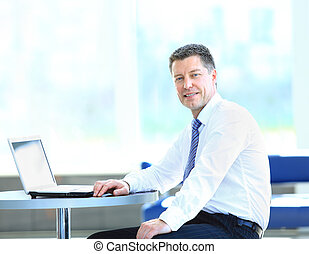 szczęśliwy, biznesmen, posiedzenie w biurze