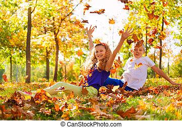 szczęśliwy, chłopieć i dziewczyna, gierka, liście, w, las