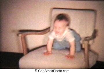szczęśliwy, chłopiec niemowlęcia, na, fotel bujany