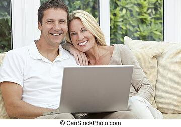 szczęśliwy, człowiek, &, kobieta, para, używający laptop, w kraju