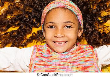 szczęśliwy, czarna dziewczyna, w, klon, żółty, autumn odchodzi
