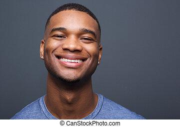 szczęśliwy, czarny człowiek, uśmiechanie się, na, szare tło