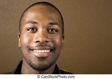 szczęśliwy, czarny człowiek