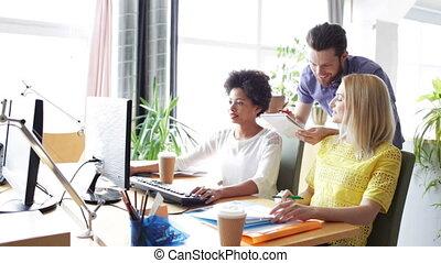 szczęśliwy, drużyna, komputery, biuro, twórczy
