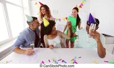 szczęśliwy, drużyna, z, iskrzaste wino, na, biurowa partia