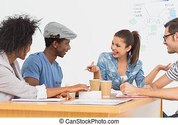 szczęśliwy, dyskusja, biurko, grupa, artyści