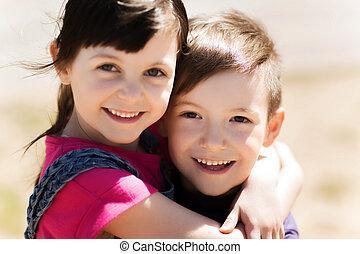 szczęśliwy, dzieciaki, dwa, tulenie, outdoors