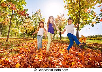 szczęśliwy, dzieciaki, gierka, autumn odchodzi, w, przedimek określony przed rzeczownikami, las
