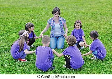 szczęśliwy, dzieciaki, grupa, z, nauczyciel, w, natura