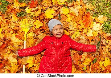 szczęśliwy, dziewczyna, kładąc, na, przedimek określony przed rzeczownikami, autumn odchodzi, z, grabie