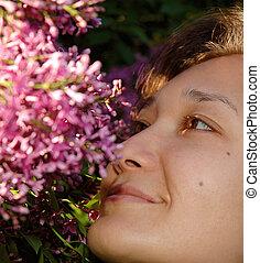 szczęśliwy, dziewczyna, kwiaty, liliac, pachnący